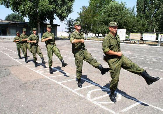 Солдаты тренируют строевой шаг