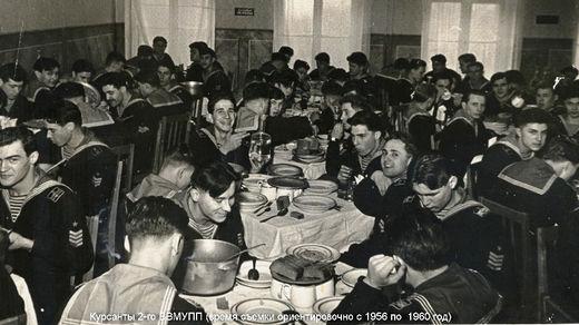 Моряки-курсанты обедают
