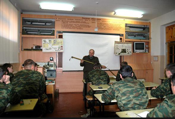 Полковник учит курсантов