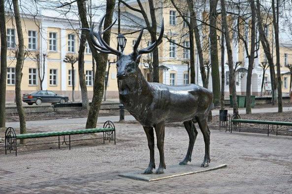 Знаменитый памятник Олень города Смоленска