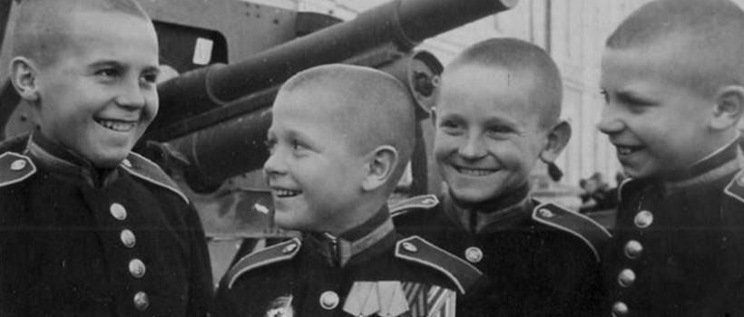 Черно-белая послевоенная фотография суворовцев