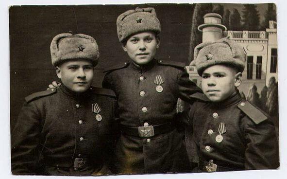 Дети полка с медалями